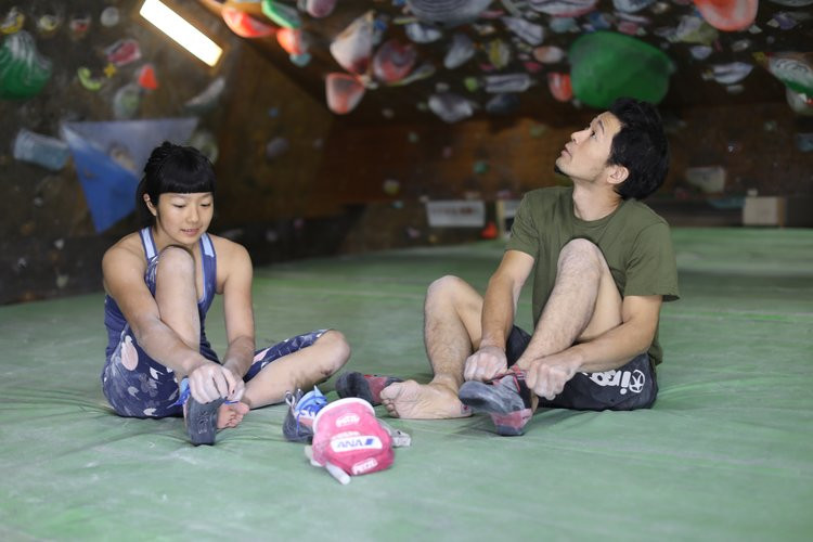 Dai-Koyamada-lacing-up-in-gym